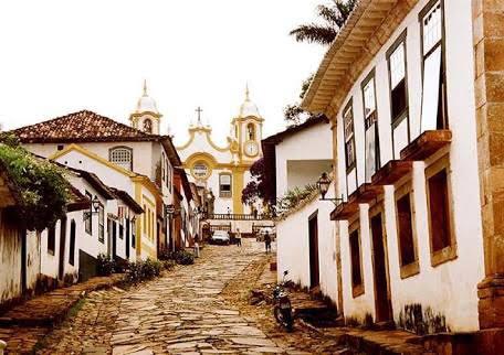 Tiradentes e São João Del Rei são separadas por menos de 10 quilômetros de distância e guardam muita historia em seus centros, cheios de prédios, casas e igrejas bem conservadas (Foto: Divulgação)