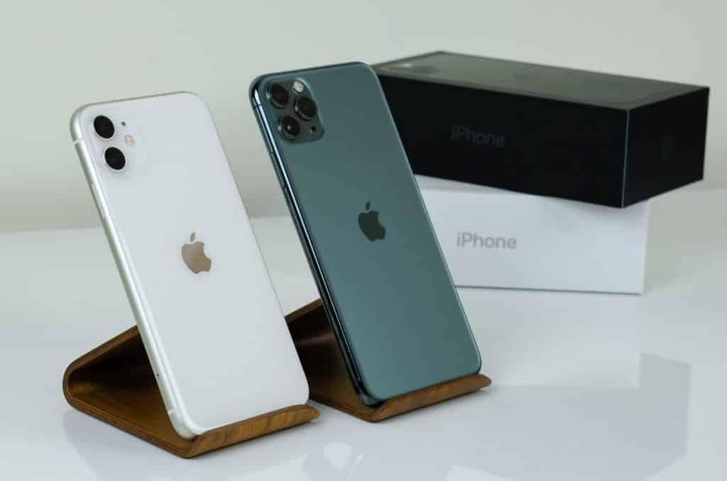 Dois Modelos de iPhone em Cima de uma Mesa