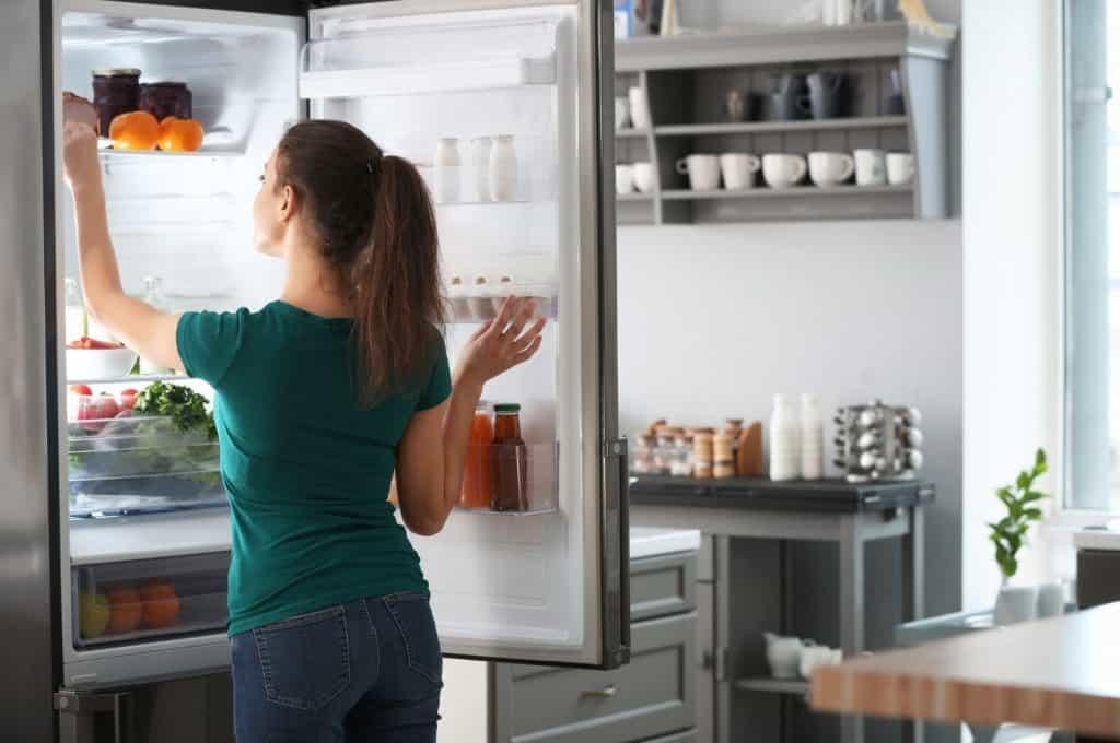 Uma Mulher Abrindo uma Geladeira Frost-Free