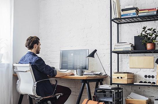 Tenha um espaço para realizar o home office