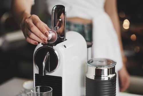 Confira abaixo um passo a passo de como usar cafeteira em cápsula.