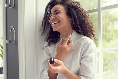O perfume feminino é um bom produto de beleza para presentear sua mãe.