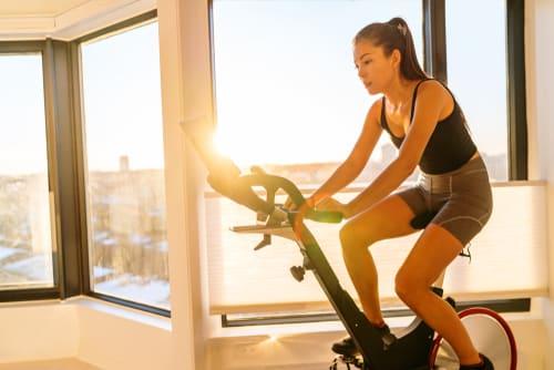 Bicicletas spinning são ótimas alternativas para sua mãe continuar se exercitando mesmo dentro de casa.