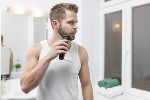 Um aparador de pelos pode levar mais agilidade ao dia a dia do seu namorado.