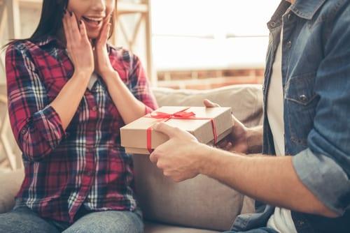 Neste dia dos namorados, demonstre o seu amor presenteando a namorada.
