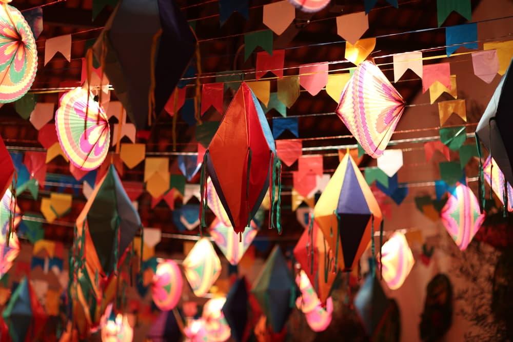 As festas juninas são muito coloridas, aposte em bandeirinhas